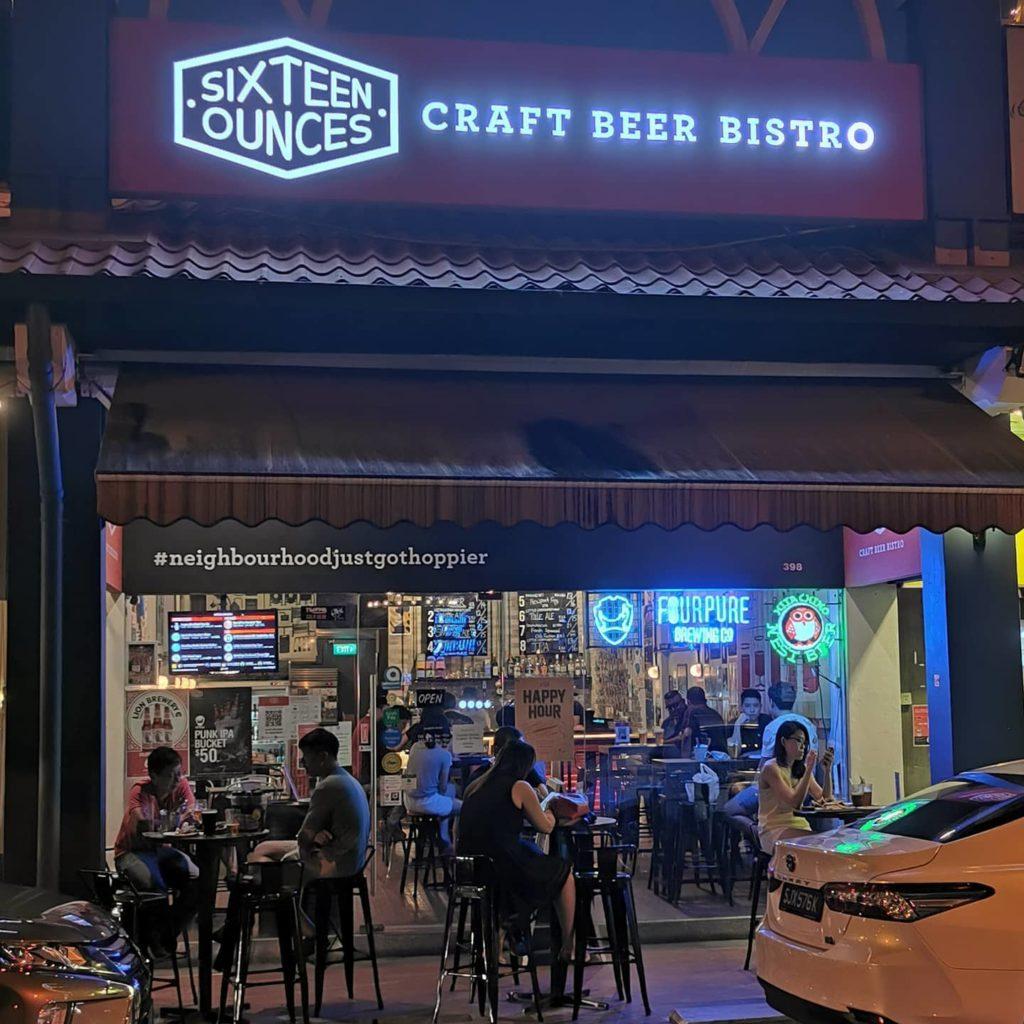 khách hàng đang uống bia tại cửa hàng Sixteen ounces craft beer bistro, hỗ trợ giao hàng, singapore