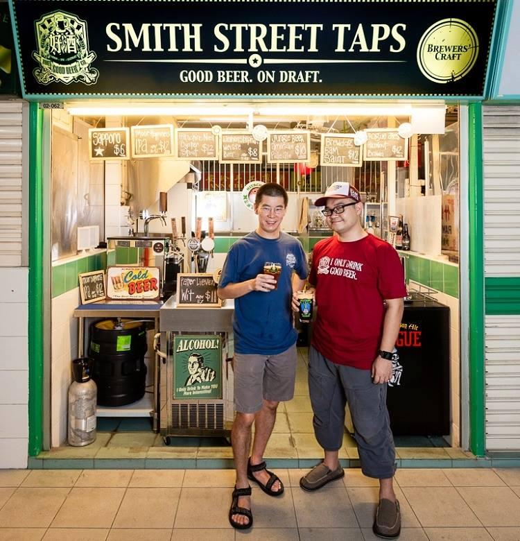 hai người chủ cửa hàng Smith Street taps, tiệm bia thủ công, giao bia chai và lon tận nhà, singapore bia
